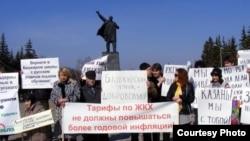 Активисты русских граждан проводят акцию протеста против обязательного изучения башкирского языка в средних школах. Уфа, 16 апреля 2011 года.