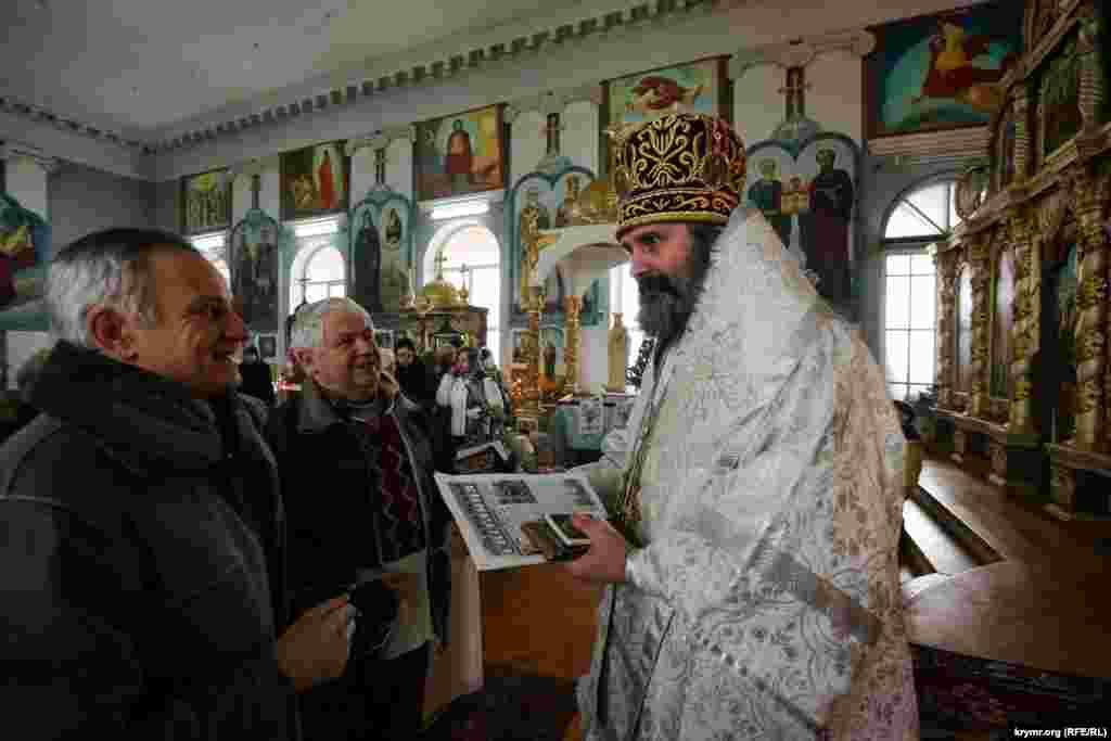 Прихожане поздравили владыку Климента с Рождеством Христовым.