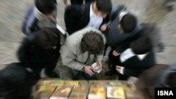 فروش فیلم های قاچاق در کنار خیابان ها به منظره ای عادی تبدیل شده است.
