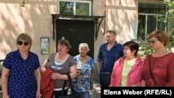 Инициативная группа жителей возле своего дома, по поводу которого они переживают. Темиртау, 16 июля 2019 года.