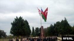 Türk şəhidliyində Azərbaycanın və Türkiyənin bayrağı qaldırıldı.