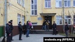 Сваякі дысябры анархістаў чакаюць каля ізалятару