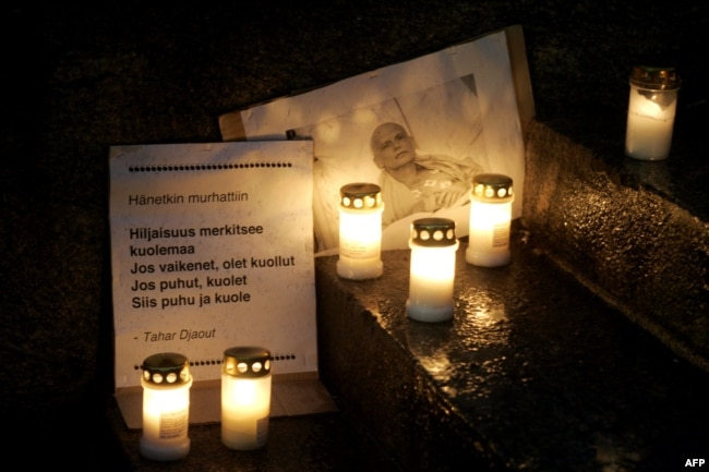 Поминальные свечи у портрета Александра Литвиненко во время акции в центре Хельсинки на следующий день после его смерти, ноябрь 2006 года