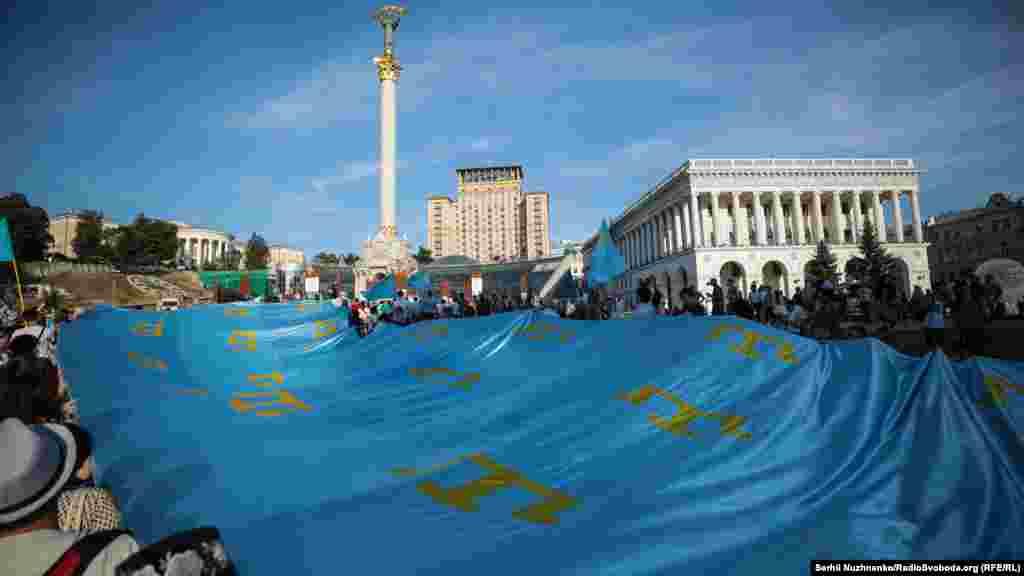 Прапор на тлі Монументу Незалежності України