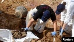 Iskopavanje posmrtnih ostataka žrtava u grobnici Tomašica
