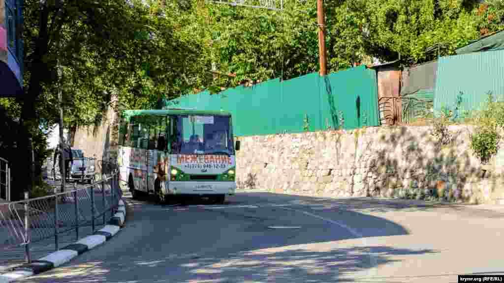 Водитель и пассажиры в автобусе придерживаются масочного режима
