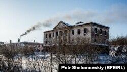 Заброшенное здание на руднике в Воркуте.