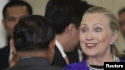 Гілларі Клінтон у Камбоджі 13 липня 2012 року. На цьому фото її співрозмовник, якого видно з потилиці, – міністр закордонних справ М'янми Ванна Маунґ Лвін