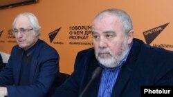 Տիգրան Մարսուրյանը (Ձ) և Ռոբերտ Մլքեյանը լրագրողների հետ հանդիպմանը