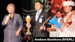 Елбасы Бегмат (в центре), победитель конкурса на знание биографии президента Нурсултана Назарбаева. Асима Бимендина (слева), директор департамента образования города Астаны. Астана, 20 ноября 2012 года.