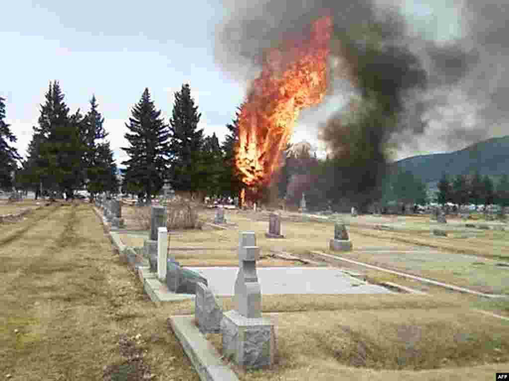 В американском штате Монтана упал на кладбище самолет. Погибли 17 человек, среди которых много детей