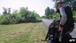 Djeca migranti na vrelini u blizini granice Srbije i Mađarske