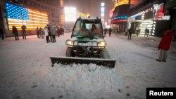 Прибирання снігу на Таймз-Сквер у Нью-Йорку, 3 січня 2014 року