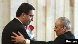 Marian Lupu (stânga) în felicită pe noul preşedinte al R.Moldova, Nicolae Timofti