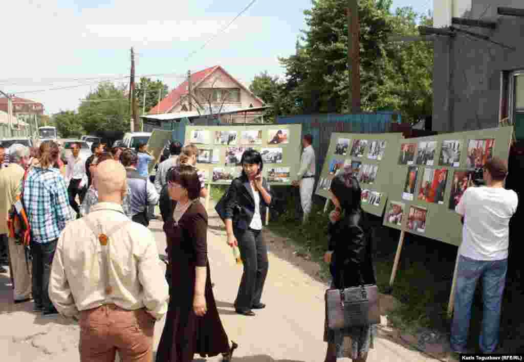 Гости фотовыставки о годовщине забастовки нефтяников Мангистауской области, проводимая под открытым небом. Село Алатау Алматинской области, 15 мая 2012 года.