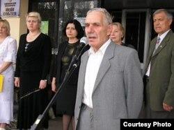 Эскендер Куртумеров выступает на митинге память жертв депортации 1944 года. Мелитополь. 2000-е годы