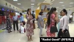 Пассажиры в аэропорту Душанбе перед посадкой на рейс в Бухару.
