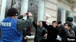 Polis 9 aksiya iştirakçısı saxlayıb, onların əllərində tutduqları plakatlar alınıb