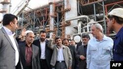 محمود احمدینژاد در حال بازدید از پالایشگاه آبادان، پیش از وقوع انفجار