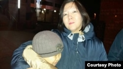 Блогер из Казахстана Жанара Ахмет со своим сыном Ансаром после заседания суда в Киеве. 22 ноября 2017 года. Фото предоставлено Ермеком Нарымбаевым.
