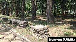 Демонтаж плитки в рамках реконструкции территории у ДКП, Симферополь