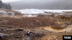 Прорыв дамбы на территории золотодобывающего рудника на реке Сейба