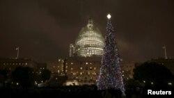 Рождественская ёлка перед Капитолием в Вашингтоне, США
