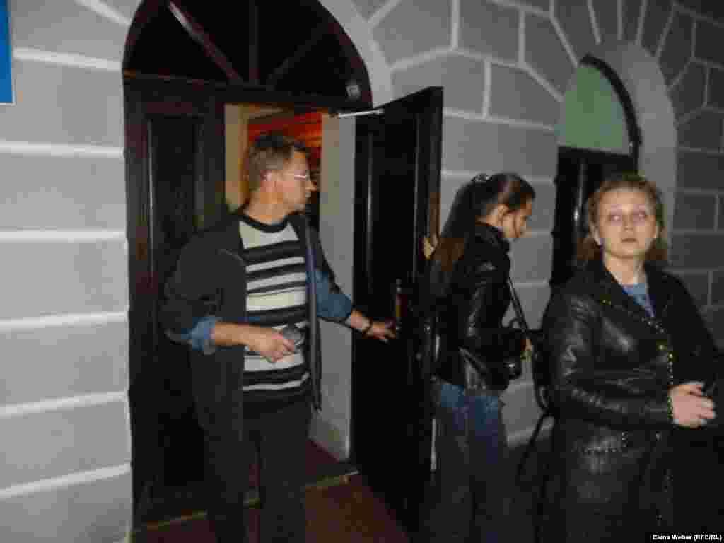 """После ночной экскурсии посетители спешно покидали здание Музея памяти жертв политических репрессий. Кто-то еще ждал, чтобы и для них тоже провели экскурсию """"Ночь в музее""""."""