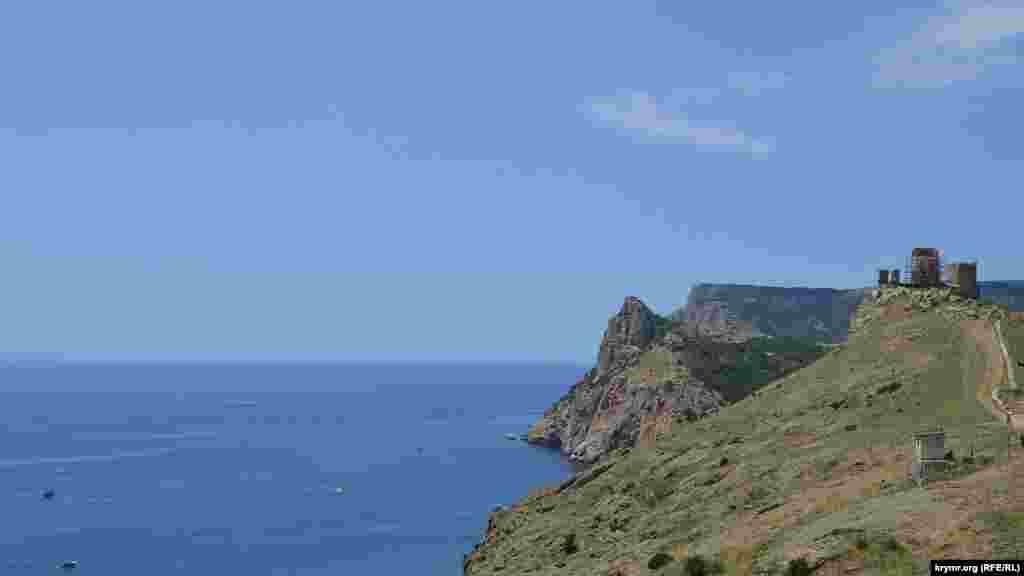 Вид на Балаклавскую бухту и крепость Чембало по дороге к Серебряному пляжу в Севастополе Больше фото – в галерее