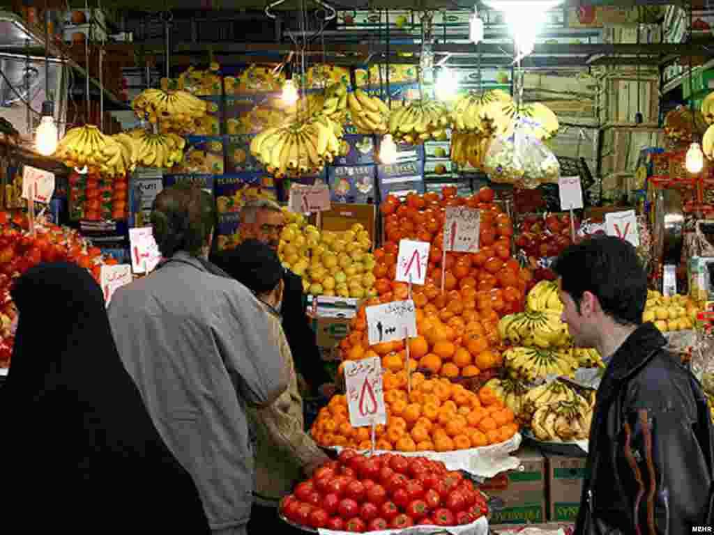 یک میوه فروشی در تهران. قیمت میوه با وجود دایر شدن بازار های دولتی، افزایش یافته است. عکس از مهر