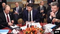 Pamje nga takimi në Milano të Italisë më 17 tetor ndërmjet Poroshenkos (djathtas) dhe Putinit (majtas) ndërsa në mes është kryeministri italian Matteo Renzi