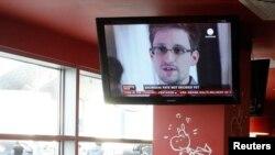 Televizijski izveštaj o Snoudenu na ekranu u kafiću na moskovskom aerodromu