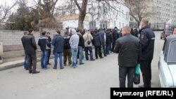 Возле военкомата в Симферополе. Декабрь, 2014 года