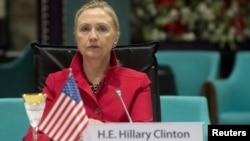 """АҚШ мемлекеттік хатшысы Хиллари Клинтон """"Сирия достары"""" кездесуінде отыр. Стамбул, 6 маусым 2012 жыл. Көрнекі сурет"""