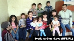 Семья, выселенная по решению суда из попадающего под снос дома, вместе с соседями, которые ее приютили. Астана, ноябрь 2013 года. Иллюстративное фото.