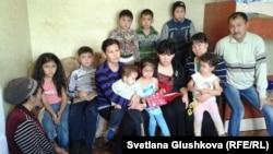 Дети Сандугаш Серибаевой и ее брата, вместе с соседями, которые их приютили. Астана, 16 ноября 2013 года.