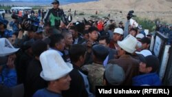 Під час стихійного протесту місцеіих жителів біля родовища Кумтор, 30 травня 2013 року