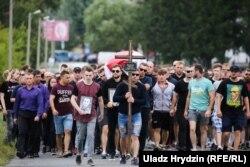Фанаты розных камандаў у жалобнай працэсіі за труной Мікіты Крыўцова