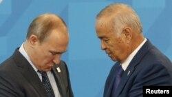 Президент России Владимир Путин (слева) и президент Узбекистана Ислам Каримов. Уфа, 10 июля 2015 года.