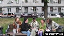 """Два дня назад """"голодовщики"""" переместились от памятника героям Плевны к памятнику Юрию Долгорукому"""