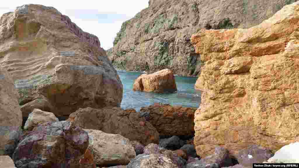 Великі осколки осадових і магматичних порід, що скотилися зі схилу на пляж