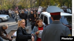 ՀԱԿ-ի ակտիվիստների բողոքի ցույցը Գլխավոր դատախազության շենքի մոտ: 12-ը նոյեմբերի, 2010 թ.