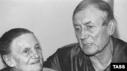 Поэт Евгений Евтушенко с матерью Зинаидой Ермолаевой.