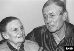 Евгений Евтушенко со своей матерью Зинаидой Ермолаевной, 21 июля 1993. Фото Николая Малышева, ТАСС