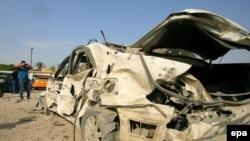 شرطي عراقي أمام سيارة مفخخة - الحلة 25 آب 2014
