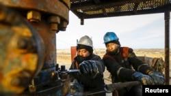 Рабочие нефтедобывающей компании на месторождении в Кызылординской области. 21 января 2016 года.