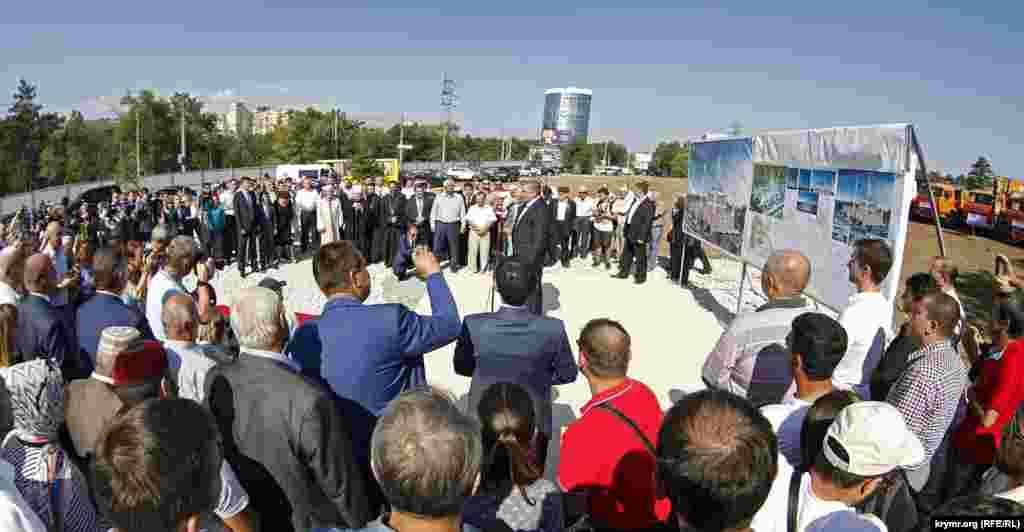 На торжественном собрании присутствовали около 250-300 человек