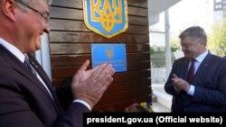 Посол України в Туреччині Андрій Сибіга (ліворуч) і президент Петро Порошенко на відкритті консульства України, Анталія, 3 листопада 2018 року