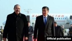 Сооронбай Жээнбеков өзбек премьер-министри Абдулла Арипов менен.