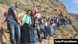 5 мая сотни молодых людей, взявшись за руки, выстроились цепью вдоль спорного участка грузино-азербайджанской границы